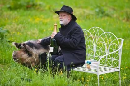 Terry-Pratchett-pig-Hay-Festival